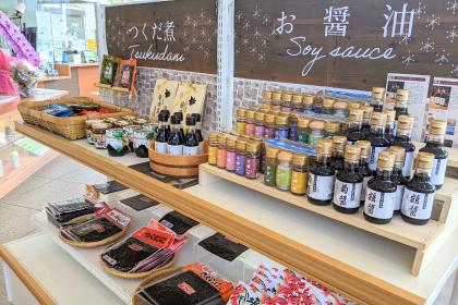 池田港売店では、小豆島の名産(オリーブ、そうめん、醤油、ごま油)を使用した商品が盛りだくさん。食品から化粧品類まで各種商品がこちらでご購入いただけます。