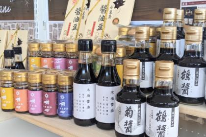 よくTVで紹介されている、ヤマロク醤油さんの醤油。鶴醤(つるびしお)はお刺身、菊醤(きくびしお)は煮物などにお使い下さい。